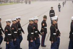 Marine Corps Marching dans le jour brumeux Photographie stock libre de droits