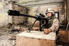 Marine Corps-sluipschutter met groot kalibergeweer royalty-vrije stock fotografie