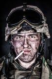 Marine dans le casque avec le visage sale après échange de tirs Images libres de droits