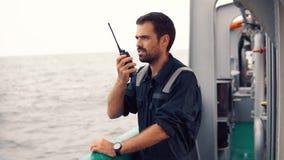 Marine Deck Officer oder Hauptkamerad auf Plattform des Schiffes oder des Schiffs stock video footage