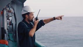 Marine Deck Officer oder Hauptkamerad auf Plattform des Schiffes oder des Schiffs stock footage