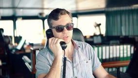 Marine Deck Officer oder Matrose auf Plattform des Schiffes oder des Schiffs stock video