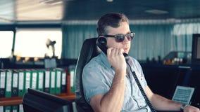 Marine Deck Officer oder Matrose auf Plattform des Schiffes oder des Schiffs stock video footage