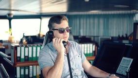 Marine Deck Officer oder Matrose auf Plattform des Schiffes oder des Schiffs stock footage
