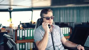 Marine Deck Officer of zeeman op dek van schip of schip stock videobeelden