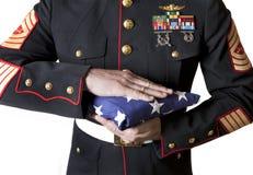 Marine, die eine Markierungsfahne anhält Stockfotos