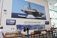 Marine-Flugzeugträger-Ausstellung in einem Museum Stockfotos