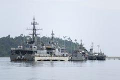 Marine-Kämpferschiffe über Wasser an der Bucht Stockfotografie
