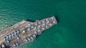 Marine Kernvliegdekschip, Militaire van de de drager volledige lading van het marineschip de vechters straalvliegtuigen, Satellie royalty-vrije stock afbeelding