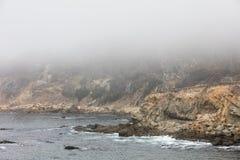 Marine Layer e linea costiera irregolare di California del Nord fotografie stock