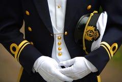 Marine-Offizier, der seine Schutzkappe anhält Lizenzfreie Stockbilder