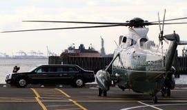Marine One vh-3D op Wall Street-Helihaven met Presidenten Limousine Stock Fotografie