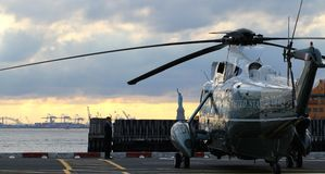 Marine One VH-3D på Wall Street heliportsolnedgång med statyn av frihet i bakgrund Royaltyfri Bild