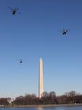 Marine One y acompañamiento Fly By Washington Monument en el camino a la Casa Blanca Fotos de archivo libres de regalías