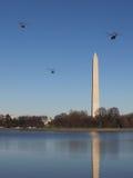 Marine One y acompañamiento Fly By Washington Monument en el camino a la Casa Blanca Imagen de archivo