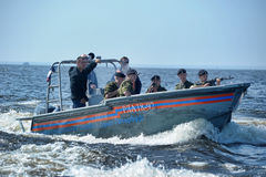 Marine op een boot die aan het dalen voorbereidingen treffen Royalty-vrije Stock Foto