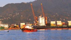 Marine Port von Batumi mit Kränen, Lastkähnen und Schiffen im Meer gegen den Hintergrund der Berge stock footage