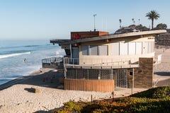 Marine Safety Center Building alla spiaggia di luce della luna con la gente nelle attività di svago fotografia stock libera da diritti