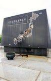 Marine Shadow som ser på den japanska krigminnesmärken Fotografering för Bildbyråer