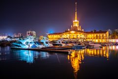 Marine Station de Sotchi, illuminée avec des lumières la nuit avec la réflexion dans l'eau photo libre de droits