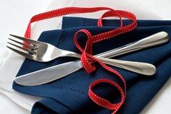 Marine und weiße Serviette mit Tischbesteck Stockbild