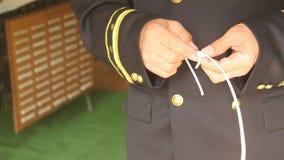 Marineambtenaar die knopen maken
