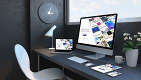 Marineblauarbeitsplatz mit entgegenkommender Entwurfswebsite des entgegenkommenden Geräterbauers stockbilder
