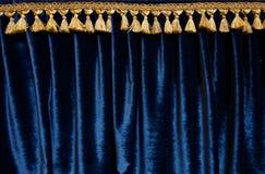 Marineblauw fluweelgordijn met gouden brokaatrand bij bovenkant - beeld stock afbeeldingen