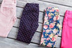 Marinebroeken met roze punten Stock Foto