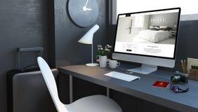 Marinedesktop mit Reisezusätzen und lgrand Hotelwebsite stock abbildung