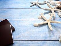 Marinegegenstände, Oberteile und Starfish auf Holz stockbild
