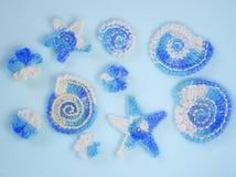 Marinehintergrund mit Baumwollspitzehäkelarbeit-Handwerkselementen: Sterne, Oberteile, Blumen gemacht vom Acrylgarn Kreatives Han Stockfotos