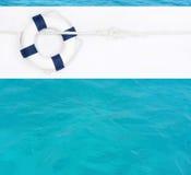 Marinehintergrund mit blauem Rettungsring für eine Postkarte oder ein Konzept Lizenzfreies Stockbild
