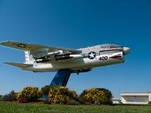 Marinekämpferflugzeug nahe einer Ansiedlung in Kalifornien Lizenzfreies Stockbild