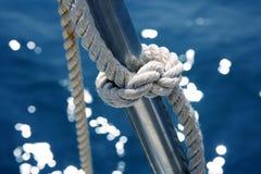 Marineknotendetail-Edelstahl-Bootsgeländer lizenzfreie stockfotografie