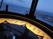 Marinekreiselkompass an Bord des Schiffs Stockbild