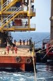 Marinemannschaftsarbeit über Schiffstaus Lizenzfreie Stockbilder