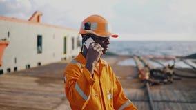 Marinematrose oder Bosun auf Plattform des Schiffes oder des Schiffs stock video