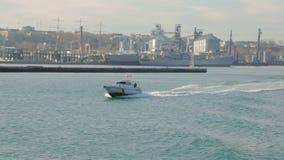 Marinemilitärgrenzbootsgeschwindigkeitsverschiebung auf einem Meer stock footage