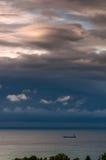 Marinemorgenlandschaft mit dem Schattenbild des Schiffs und den Bäumen auf dem Ufer Stockfotografie