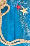Marinenetz Seil und Starfish auf einer blauen Scheibe Stockbild