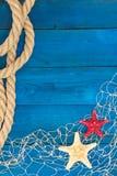 Marinenetz Seil und Starfish auf einer blauen Scheibe Lizenzfreie Stockfotografie