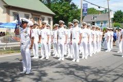 Marineoffiziere März in der Parade lizenzfreie stockfotos