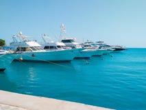 Marineparken von schönen Yachten und von Booten auf klarem ruhigem Wasser in Ägypten Reisen- und Tourismuskonzept stockfoto