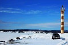Marinepier des verschneiten Winters zum Leuchtturm Lizenzfreie Stockfotografie