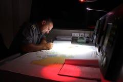 Marinepolizeibeamte auf Boot lizenzfreies stockbild