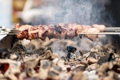 Marinerad nötköttkebab för slut upp Shashlik som förbereder sig på grillfesten gr royaltyfri fotografi