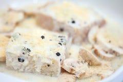 Marinerad rå filé för havsbas med champinjoner i en stekhet maträtt Arkivbild