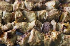 Marinerad shashlik som förbereder sig på ett grillfestgaller över kol royaltyfria bilder