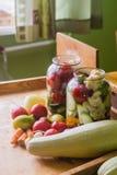 Marinerade nya grönsaker som är på burk i flaska Royaltyfri Fotografi
